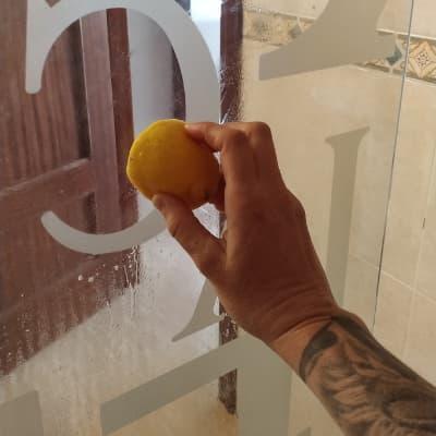 como limpiar los vidrios de la ducha